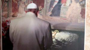 O Papa Francisco na gruta em reccio, em 2016, onde foi montado o primeiro presépio por São Francisco